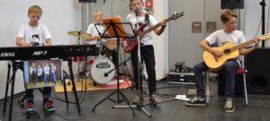 """Diese Jungs aus dem Dresdner Hechtviertel sollte man sich merken. Die """"vermutlich jüngste Boy-Band der Stadt"""" kennt sich seit der Grundschule. Die Gymnasiasten der 6. Klasse schreiben alle Lieder selbst und waren der musikalische Höhepunkt der Vernissage. ©Dagmar Möbius"""